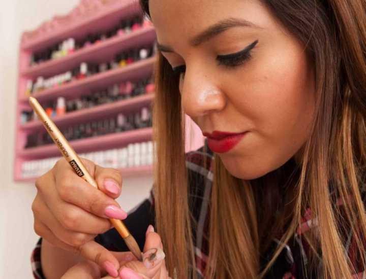 Manicures do salão Miss Uñas podem decorar as unhas de suas clientes com singelos escorpiões