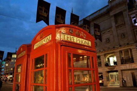 Cabines telefônicas pelas ruas de Londres