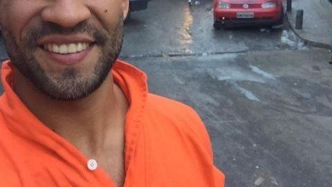 Gari carioca mostra 'tanquinho' e faz sucesso na internet