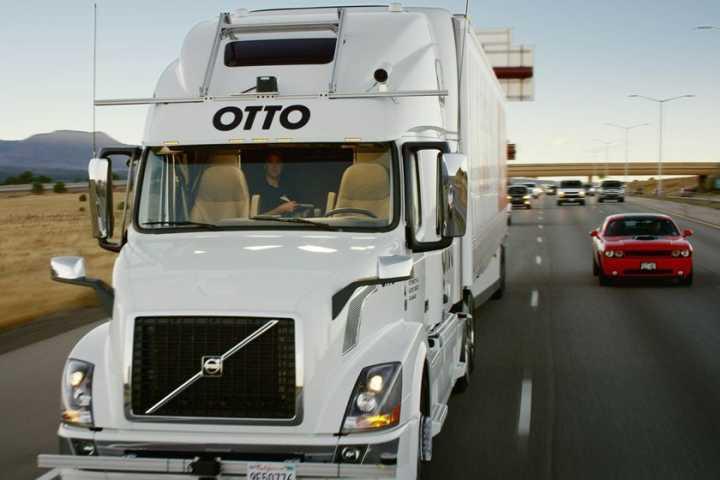 O caminhão se guia sozinho e foi apenas supervisionado por um humano