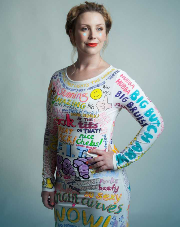 Jojo Oldham decidiu vestir todos os comentários que já recebeu sobre a sua aparência
