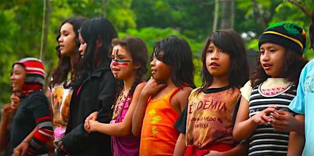 Uma apresentação, na praça, dos índios Guaranis do Jaraguá enaltecendo a cultura brasileira