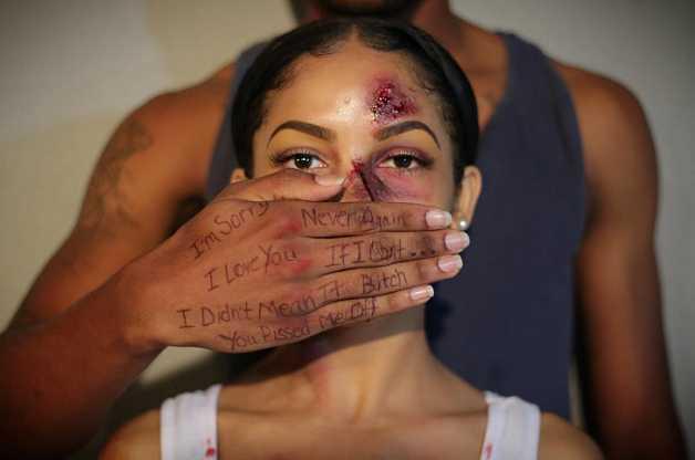 O ensaio de fotos convida as mulheres a falar sobre violência doméstica