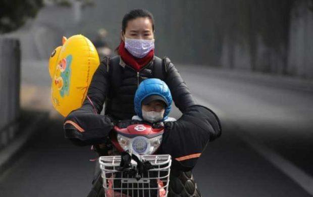 Mulher e criança usam máscaras por conta da poluição em Pequim.     04/11/2016         REUTERS/Jason Lee/Files