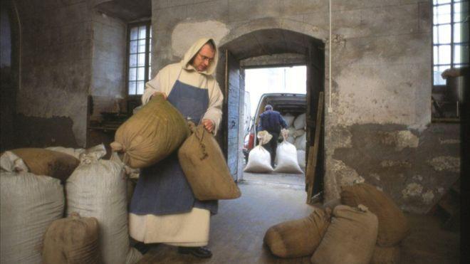 Monges de Chartreuse usam mistura 130 plantas para fazer um licor com receita de 1605