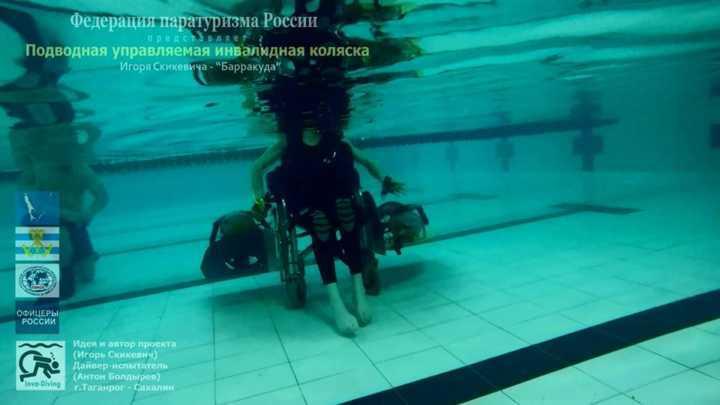 Paraplégico, ele teve a ideia de acoplar motores à propulsão e tanques de oxigênio em uma cadeira de rodas