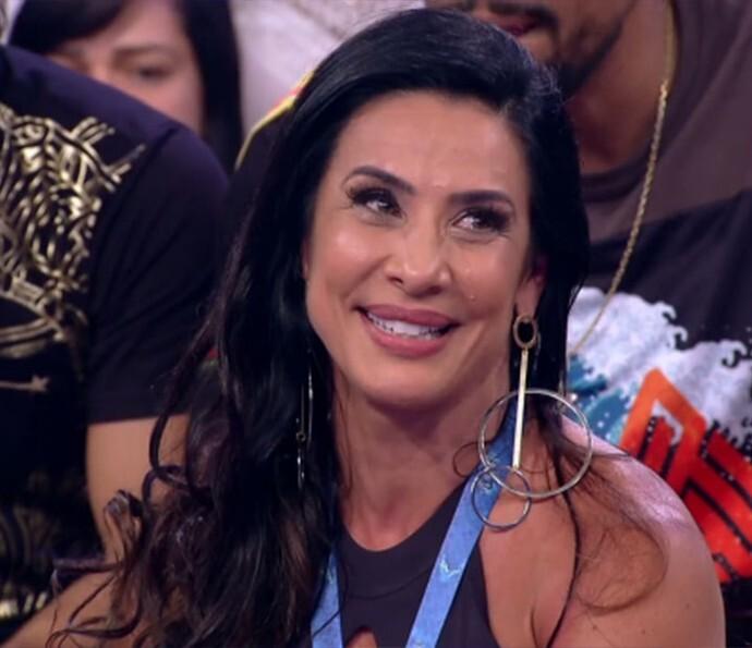 Scheila Carvalho se emociona com surpresa do É O Tchan no 'Caldeirão'