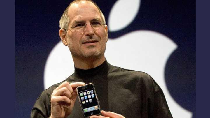 Steve Jobs apresenta o iPhone original em 2007.