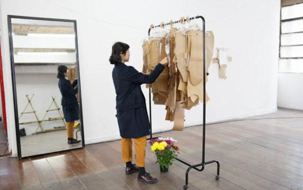 Na biblioteca, os participantes levam apenas o próprio tecido e escolhem o molde para criar a roupa.