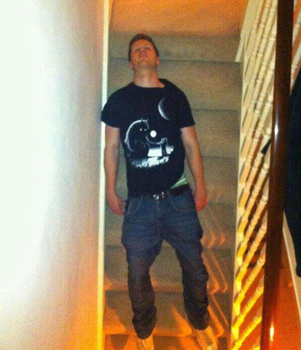 Homem dorme em escada