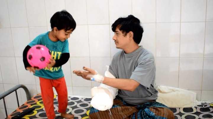 Em hospital, Abul brinca com o filho