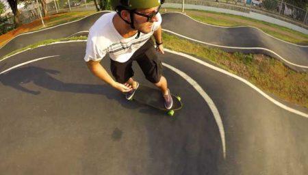 É possível andar de skate, bike BMX, patins inline, patinete e ainda fazer parkour no Centro de Esportes Radicais