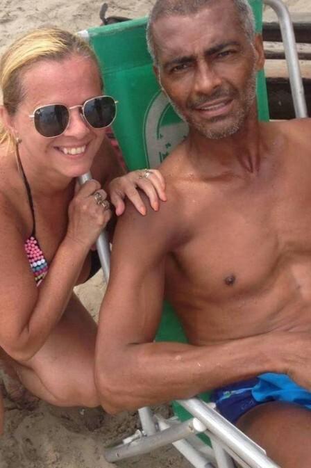 Fã faz foto com Romário na praia da Barra, no Rio de Janeiro