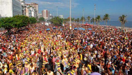 O bloco tradicional de Ipanema arrasta uma multidão.