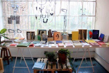 Casa Plana realiza cursos, oficinas e palestras sobre o mundo editorial, além de ter uma livraria para publicações independentes, um café a uma biblioteca