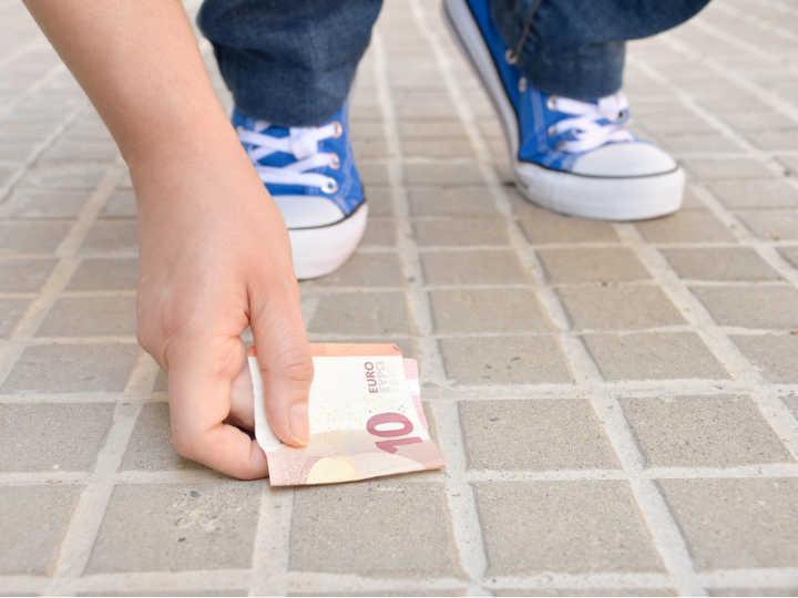 Mulher é presa após encontrar nota de dinheiro em uma loja