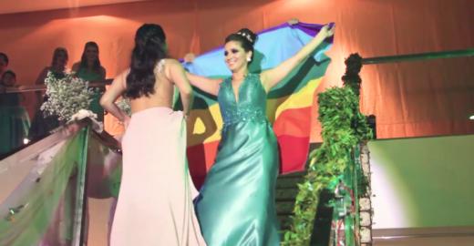 Em baile de formatura, ela abre a bandeira LGBT e beija sua noiva