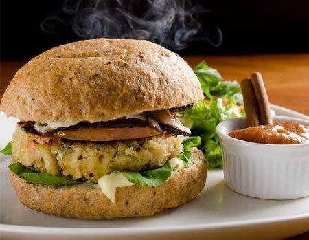 Cada vez mais comuns nas lanchonetes de todo Brasil, receitas veganas são destaque em hamburguerias e restaurantes