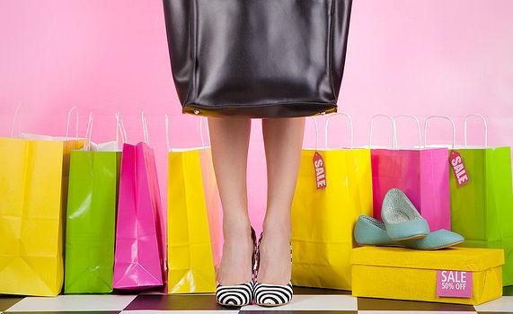 0dc668c3f A liquidação de verão na loja virtual da Arezzo está no fim. No entanto,  ainda é possível encontrar diversos sapatos e bolsas por até metade do  preço ...