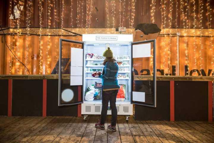 A geladeira solidária é abastecida por lojas, restaurantes e pessoas que tiverem alimentos sobrando