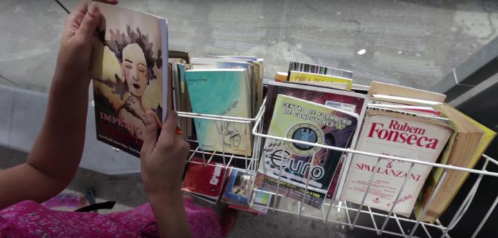 A iniciativa promove o acesso à leitura no espaço público