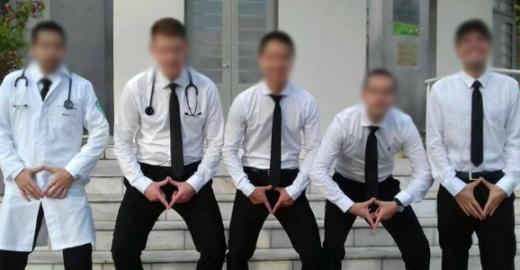 Em nova foto, alunos de medicina posam fazendo gestos obscenos