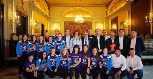 Este time feminino venceu um campeonato de futebol contra meninos