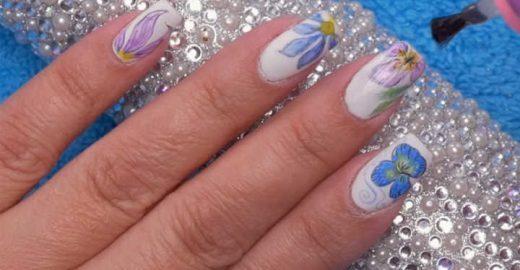 Aprenda a fazer um efeito de aquarela nas unhas