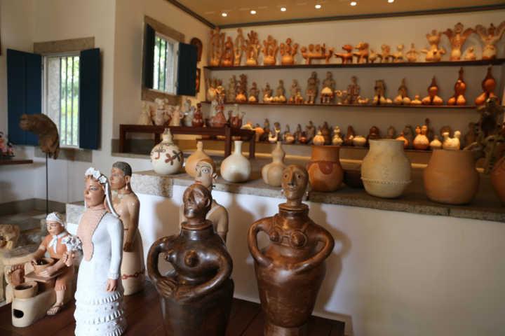 Coleção de arte brasileira, com cerâmicas do Vale do Jequitinhonha, de Minas Gerais