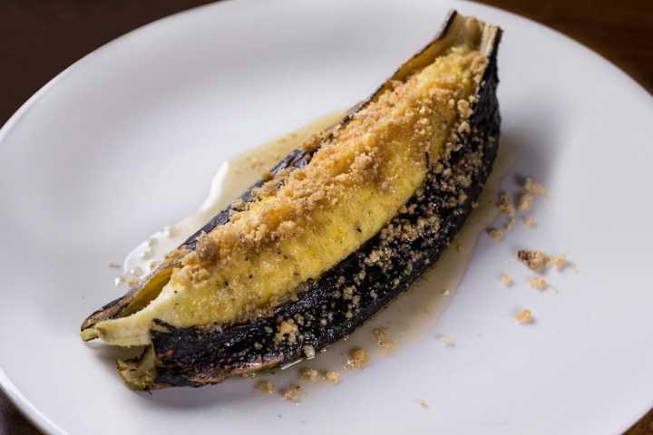 Banana da terra assada na casca com mel de abelhas nativas e farofa de castanhas (R$ 12)