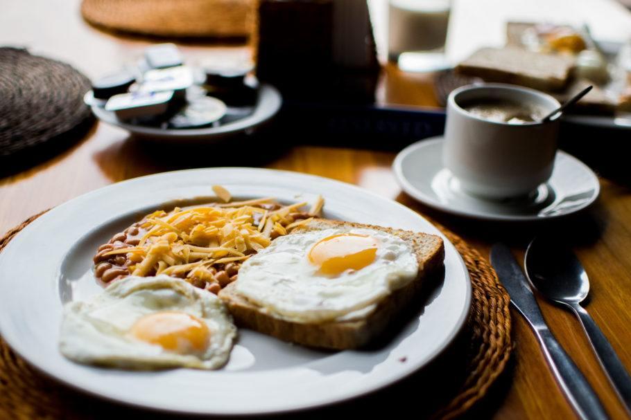 Apesar de delicioso, o ovo frito deve ser evitado por conta  da gordura saturada do óleo