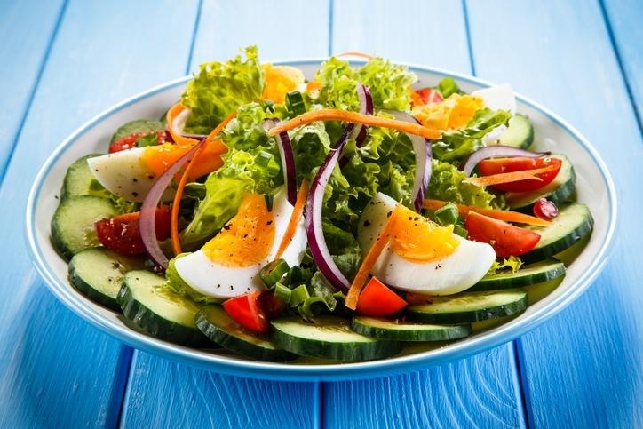 Para um refeição leve, acrescente o ovo à salada de verduras