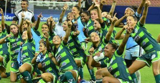 O Incrível Hulk do futebol é feminino e enche o estádio de fãs