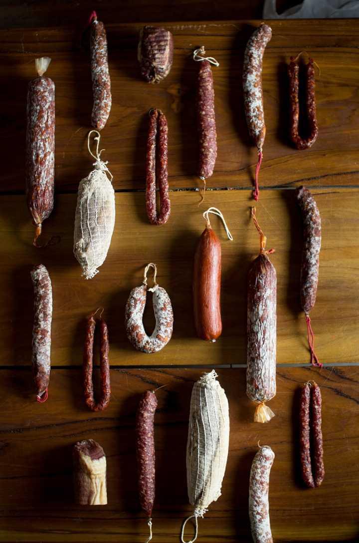 Embutidos artesanais Pirineus: cone de mini embutidos por R$ 15; jamón serrano e chorizo espanhol por R$ 20; morcilla, linguiça parrilera e tábua de embutidos por R$ 25