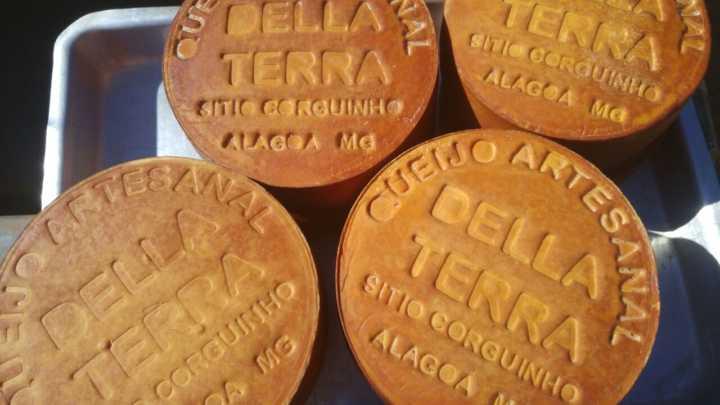 Della Terra Queijos Artesanais: queijo de cabra com leite cru por R$ 20; e queijo de cabra com leite cru defumado por R$ 25