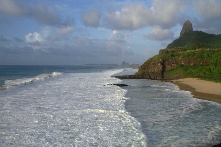 Praia do Americano, durante temporada de sweel, em Fernando de Noronha