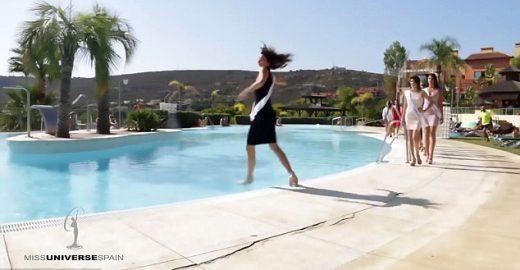 Candidata do Miss Espanha cai em piscina durante giro elegante