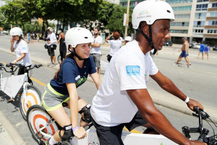 Projeto leva pessoas com deficiência visual para pedalar na Lagoa