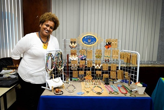 Maria Adelaide é empreendedora e criadora e artesã responsável pelo Atelier MaclaDê. Suas peças exclusivas, tem inspiração na cultura Afro brasileira.