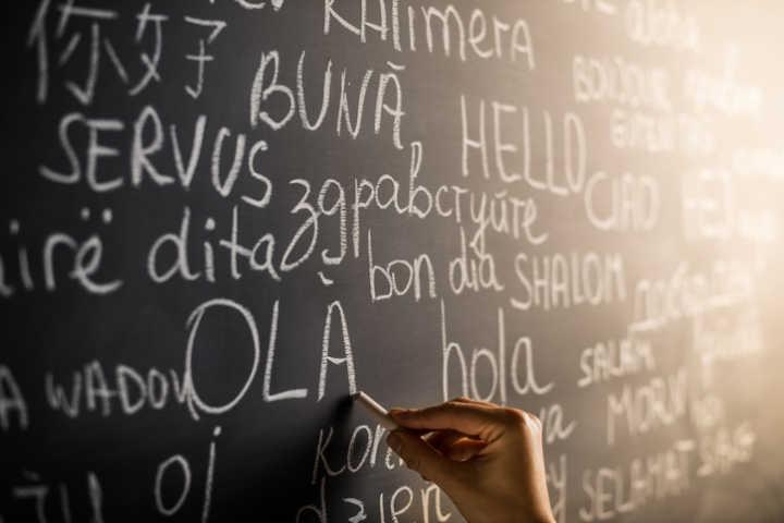Quadro negro com escritos em vários idiomas