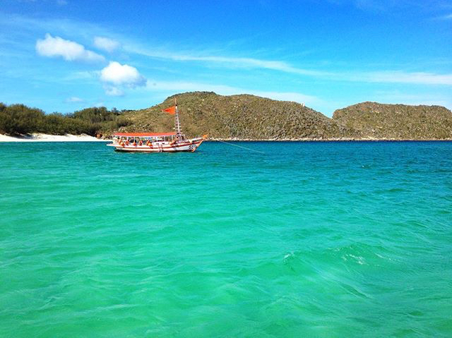 Passeios de barco saem da Praia dos Anjos e passam pelos pontos mais lindos de lá