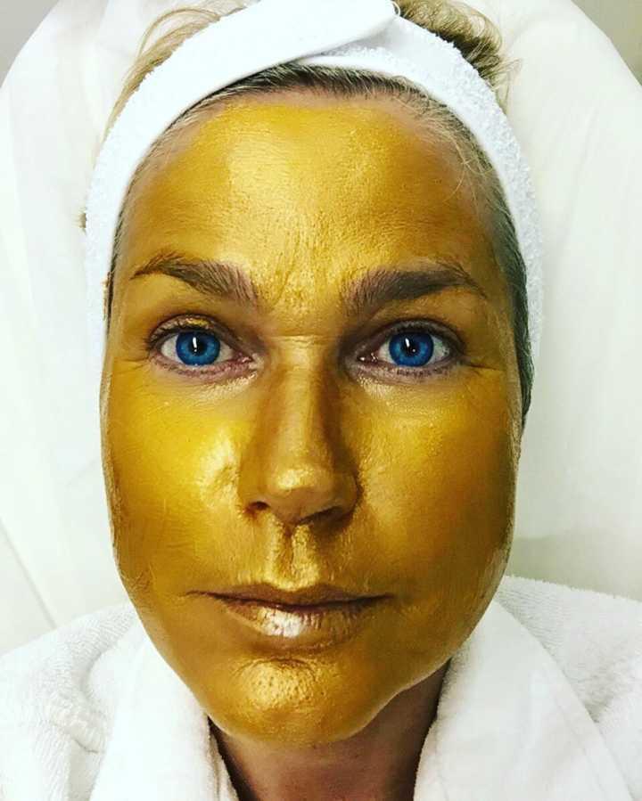 entenda porque as famosas estão pirando com as máscaras de ouro