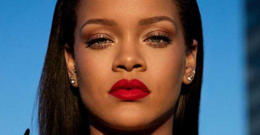 Rihanna faz tutorial de maquiagem e exibe bocão vermelho