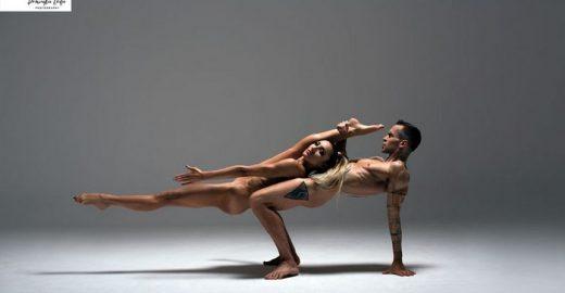 Atletas nus posam para calendário em prol de caridade