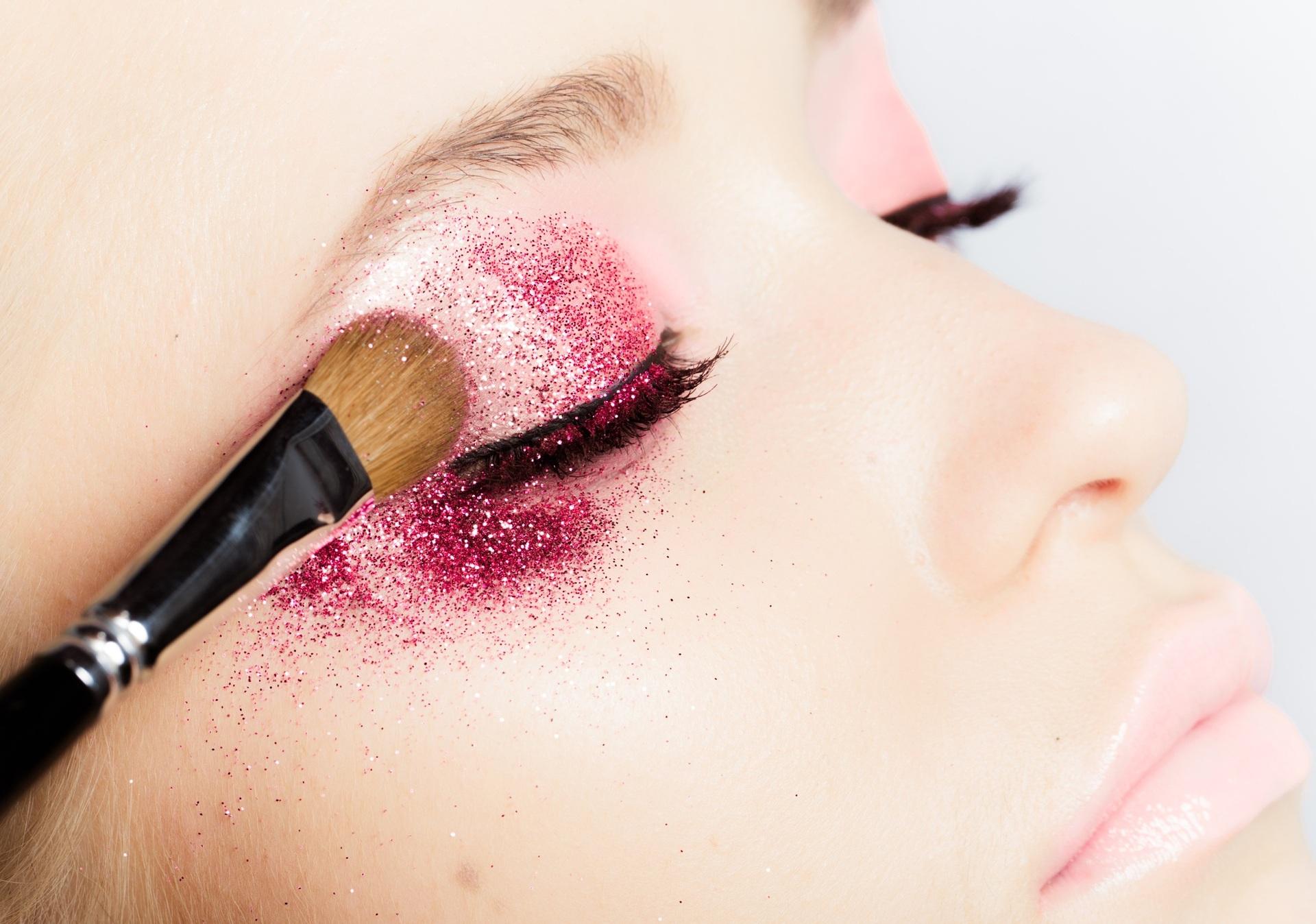 Maquiagem de Ano Novo com glitter