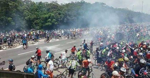 Ciclistas organizam ato após PM reprimir pedalada para Santos