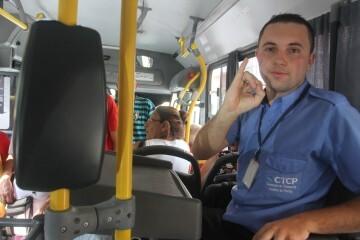 Cobrador de ônibus aprende Libras para se comunicar com surdos
