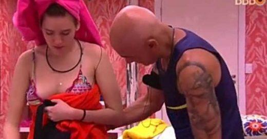 Ayrton abre a tolha para ver se Ana Clara está de calcinha