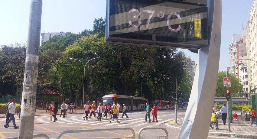 termômetro na rua marcando 37 graus