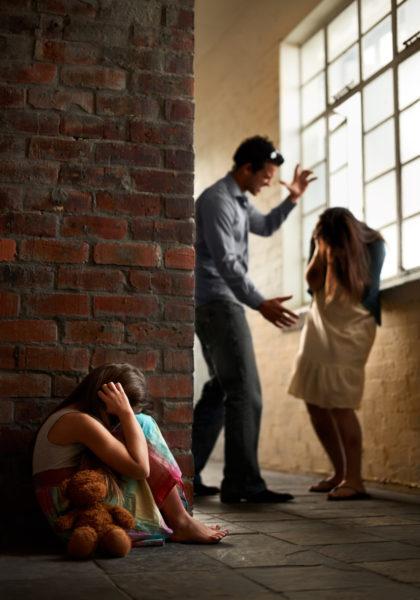 homem agredindo uma mulher na presença da filha